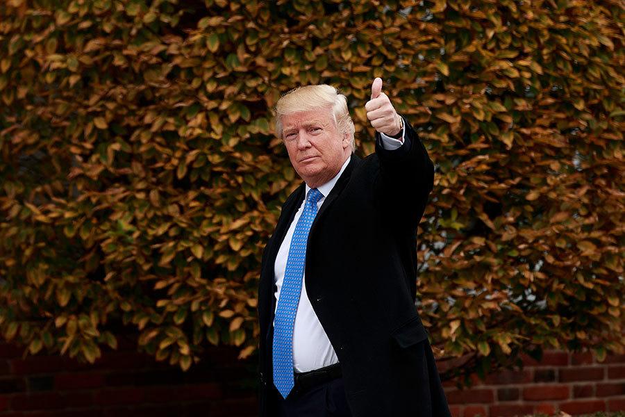 美國總統特朗普周一對金正恩發出兩個字警告:「乖點」(Gotta behave)。周二在霍士新聞節目中,他沒有細說將如何處理北韓問題,僅表示「等著瞧」(We'll see what happens)。(Drew Angerer/Getty Images)
