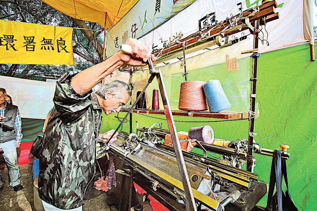 主辦方在現場展出紡織用具,讓市民了深水埗製衣業的歷史。(蔡雯文/大紀元)