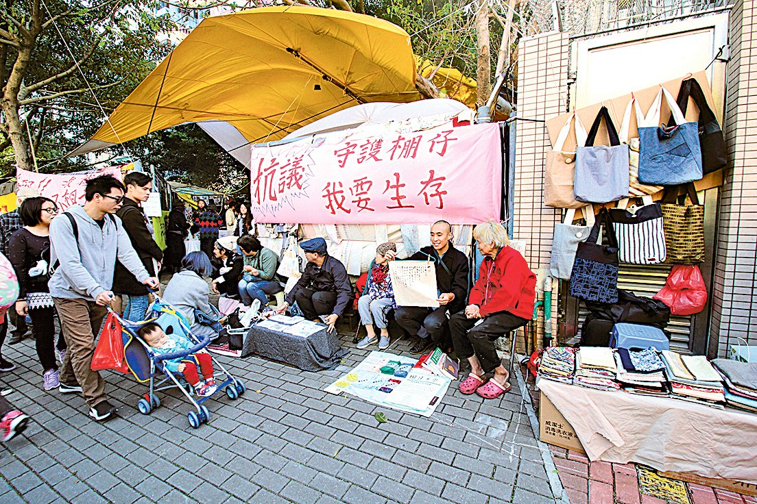 團體在「棚仔」外舉辦手作市集,希望參與者能夠關注。(蔡雯文/大紀元)