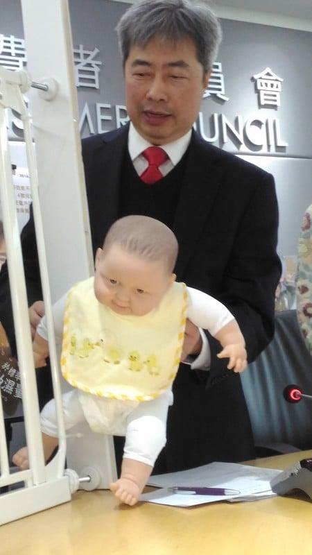 消委會用模擬5個月大幼兒的臀部尺寸測試發現,2款兒童安全欄柵樣本在調校至最大寬度時,幼兒身體可通過欄柵與門框之間的間隙,但頭顱無法通過,有窒息風險。(王文君/大紀元)