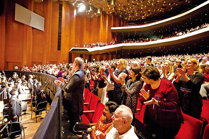 美國神韻國際藝術團12月26日在侯斯頓的第二場演出爆滿,謝幕時獲觀眾起立鼓掌。( 戴兵/大紀元)