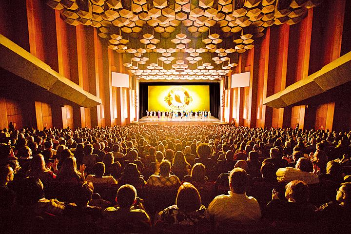 美國神韻國際藝術團12月26日在侯斯頓的首場演出爆滿,謝幕時獲觀眾起立鼓掌。( 戴兵/大紀元)