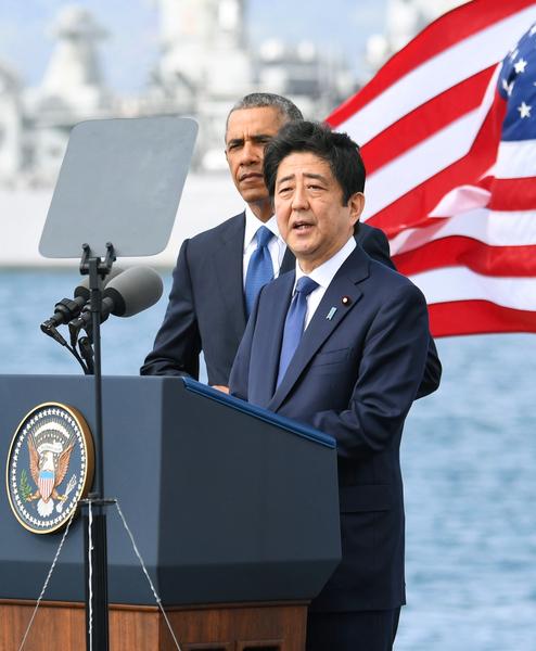 日本首相安倍晉三27日偕同美國總統奧巴馬參訪珍珠港,紀念二次世界大戰亡魂,並誓言日本將再也不發動戰爭。(中央社)