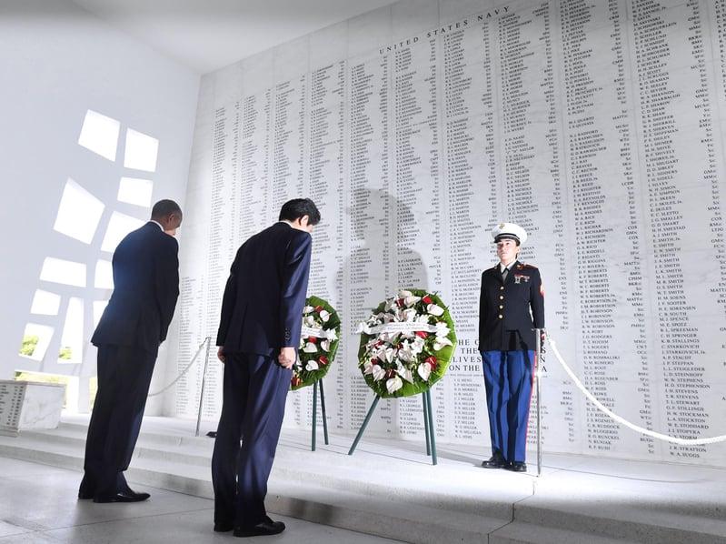日本首相安倍晉三27日上午和美國總統奧巴馬前往夏威夷珍珠港的亞利桑那號紀念館獻花悼念。(中央社)