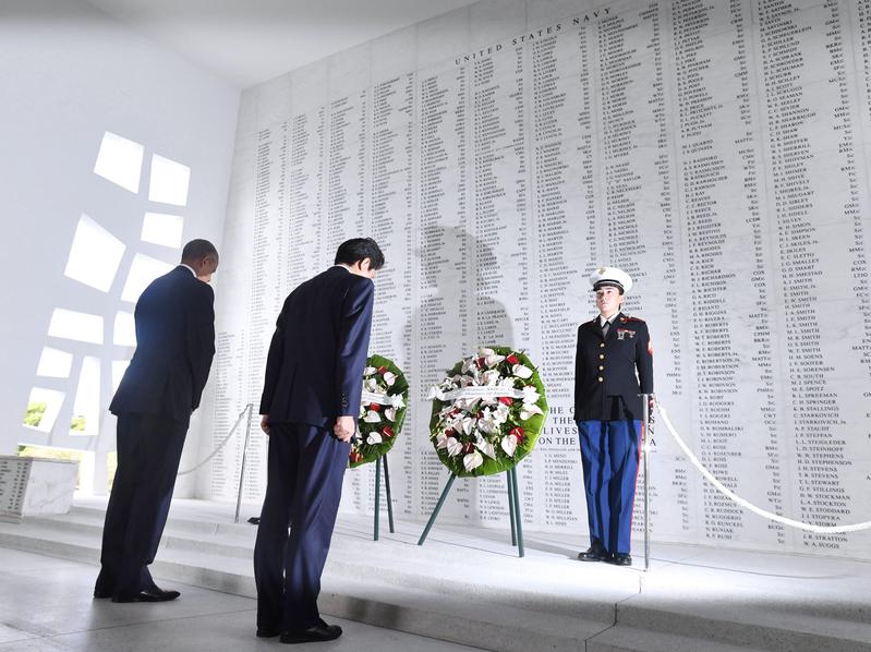 奧巴馬和安倍珍珠港紀念館獻花