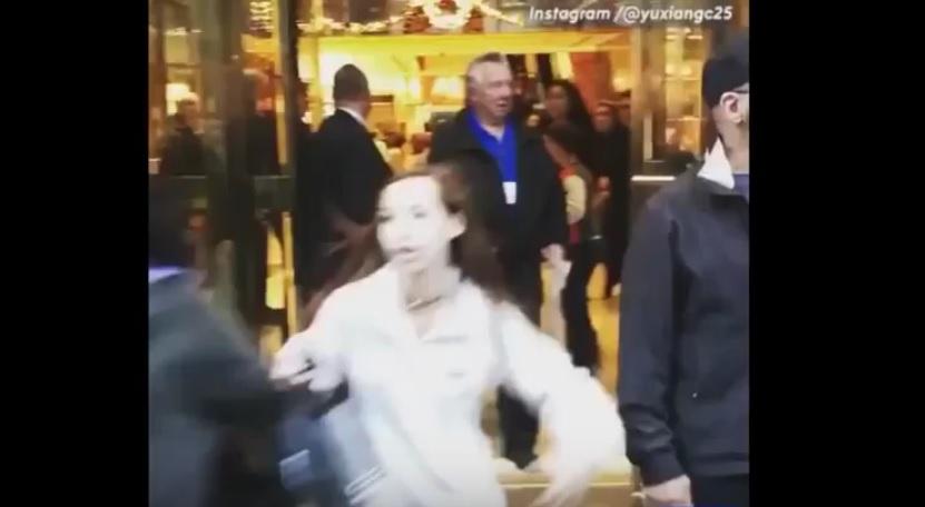 27日,靠近特朗普大廈的知名體育用品耐克(Nike)鞋店附近發現一個可疑背包,紐約市警方緊急疏散在特朗普大廈的群眾。(YouTube視像擷圖)