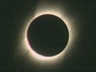 2017年最大的天文奇觀將會是發生在8月21日的日全食。屆時全美一個橫跨12州的「日全食帶」內的人都有機會看到這一奇觀。圖為日全食。(NASA)