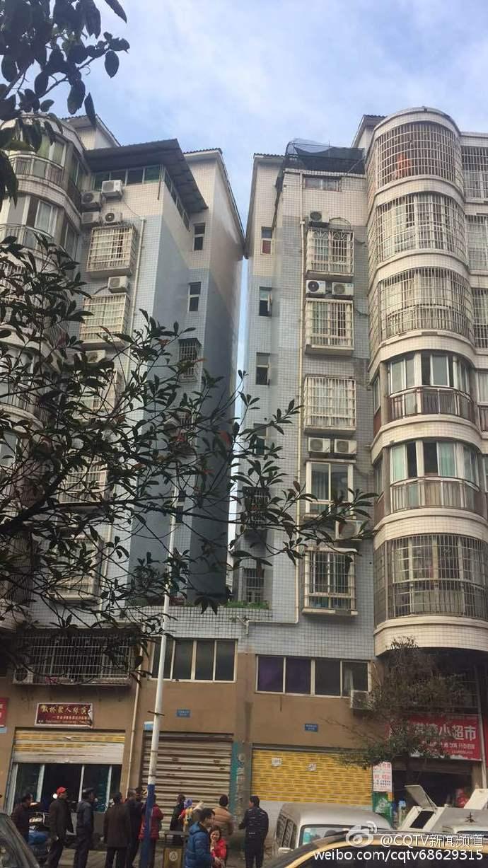 《重慶晨報》報道稱,大足區雙路街道的新城港灣兩棟居民樓「親密接觸」擠在了一起。(網絡圖片)