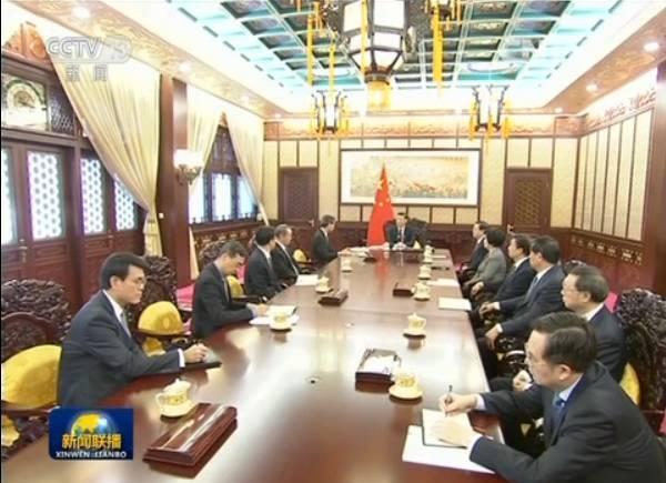 12月23日,特首梁振英向習近平述職時,中共中央統戰部部長孫春蘭罕見一起參加。(視像擷圖)