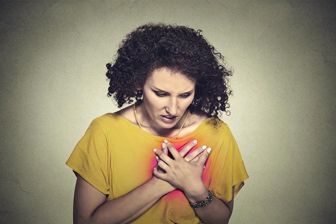 現實中婦女承受巨大的壓力,要兼顧全職工作和家庭,總是最後才照顧自己,將疲勞置之度外,這很可能導致心臟病發作。(SIPHOTOGRAPHY/ISTOCK)