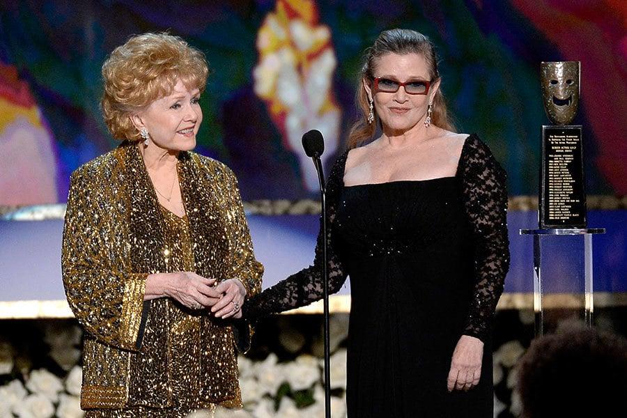 2015年1月,戴比・雷諾茲(Debbie Reynolds)獲美國演員工會獎頒發的終身成就獎時,嘉莉費雪給母親頒獎。(Kevork Djansezian/Getty Images)