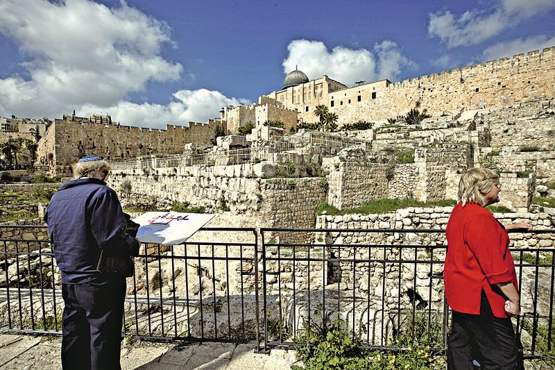 在以色列耶路撒冷舊城牆外新挖掘的一段古城牆,可以追溯到3,000年前,可能是所羅門國王建造的。( MENAHEM KAHANA / AFP)