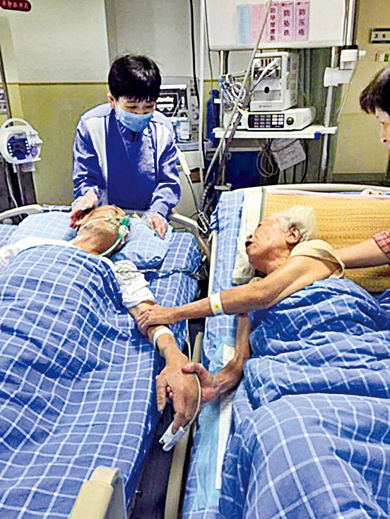 九旬夫妻病房手牽手「來生還要一起走」