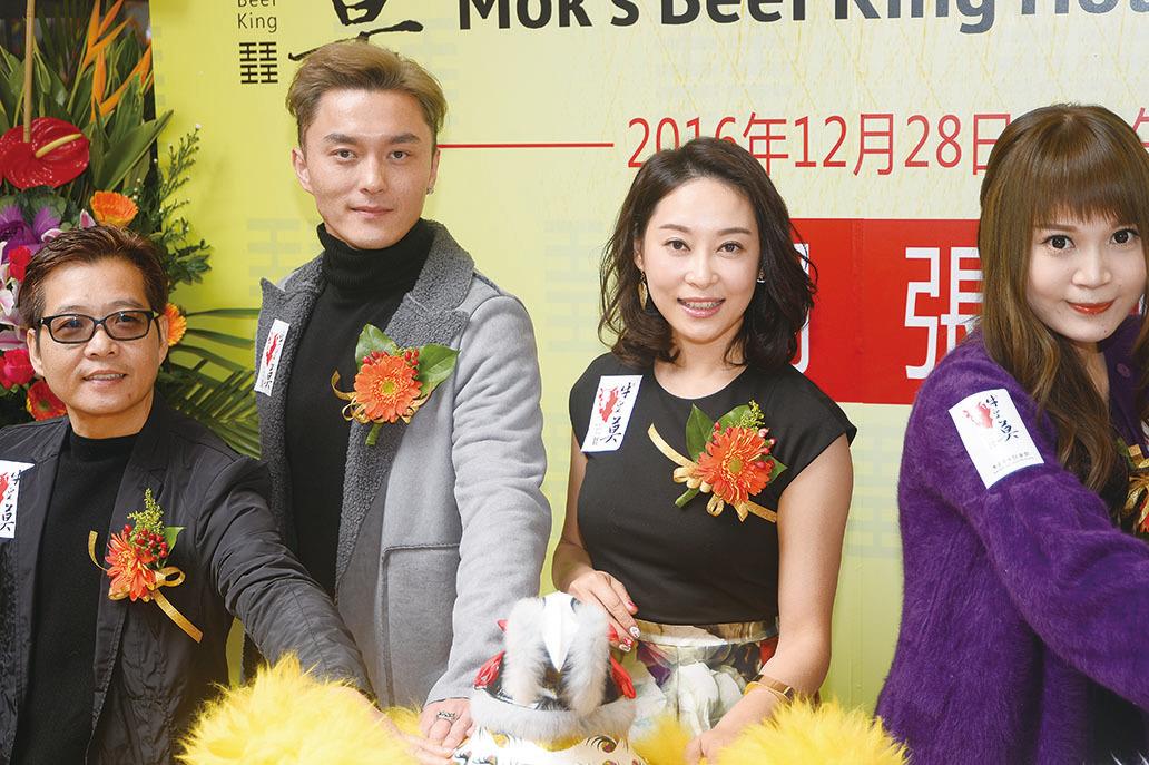 楊卓娜和楊明在屯門出席食肆開張活動。(宋祥龍/大紀元)