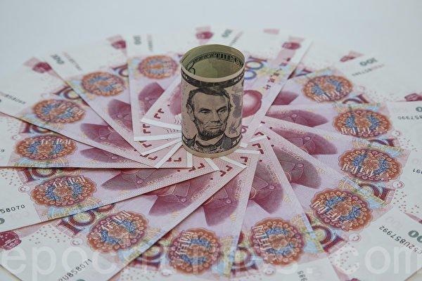 外媒報道,近期中共央行盯住美元的匯率政策或導致中國過不多久,不得不讓人民幣貶值。(余鋼/大紀元)