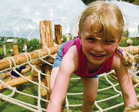 露天花園也是孩子們的遊樂場。(Eden Project)