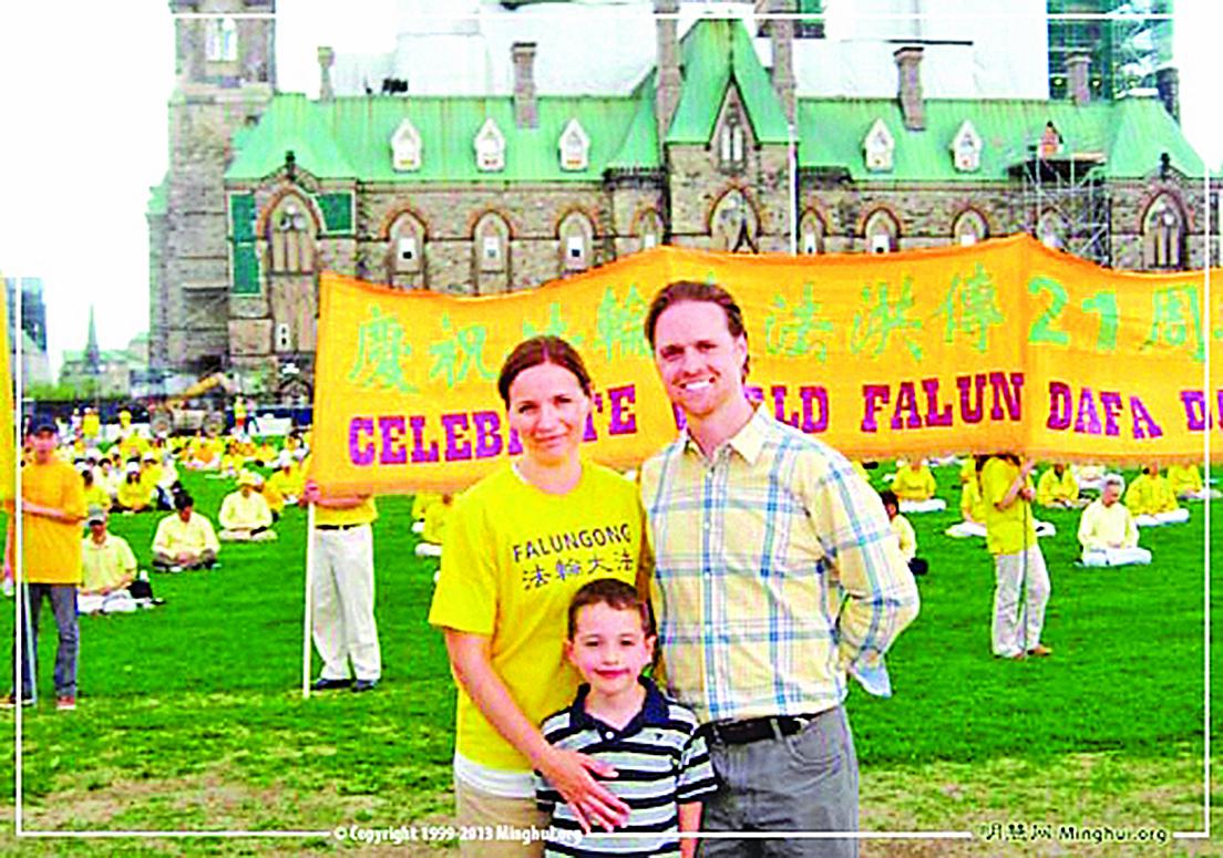 2013年5月8日,加拿大首都渥太華國會山前,德魯.帕克與妻子及兒子在法輪大法傳世21周年慶祝活動現場。(明慧網)