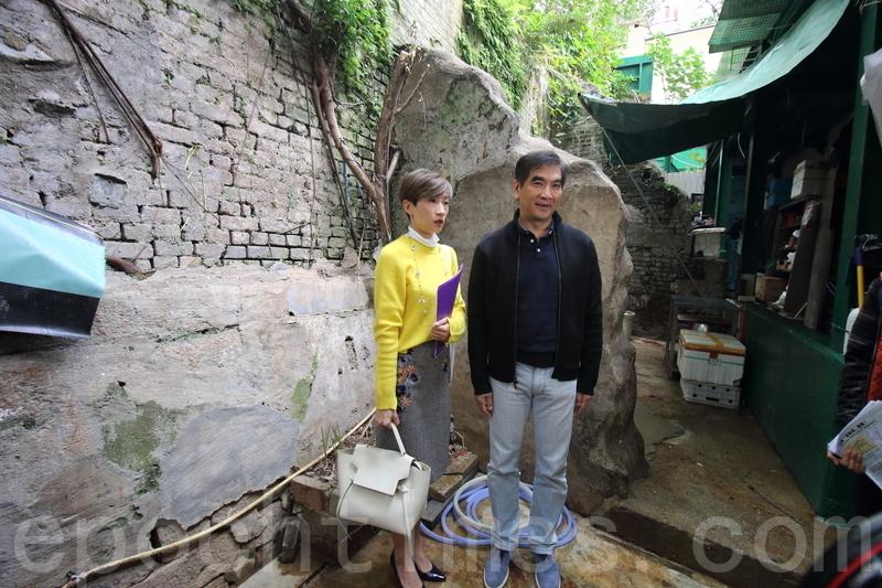 立法會議員陳淑莊(左)和鍾國斌(右),昨日到位於中環閣麟街和吉士笠街之間的古屋遺蹟視察。(蔡雯文/大紀元)
