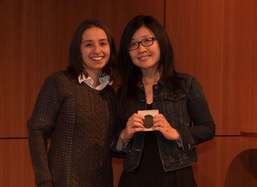 明州法輪功學員於萍萍(右)因反迫害、反活摘器官方面的努力獲得公司嘉獎。