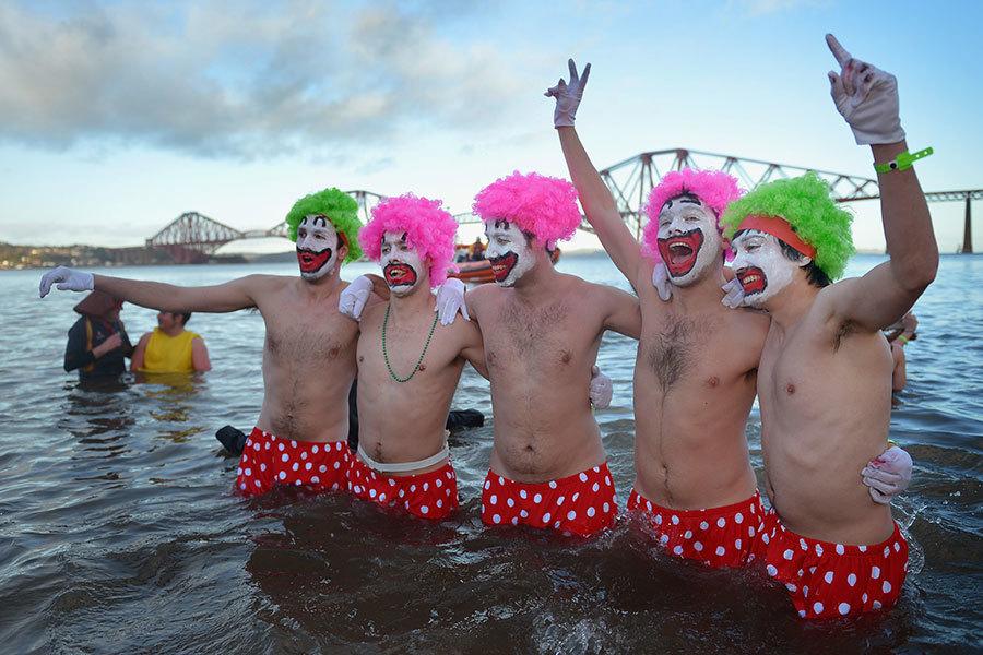 蘇格蘭人在新年第一天有跳入冰水慶祝新年的活動。(Jeff J Mitchell/Getty Images)