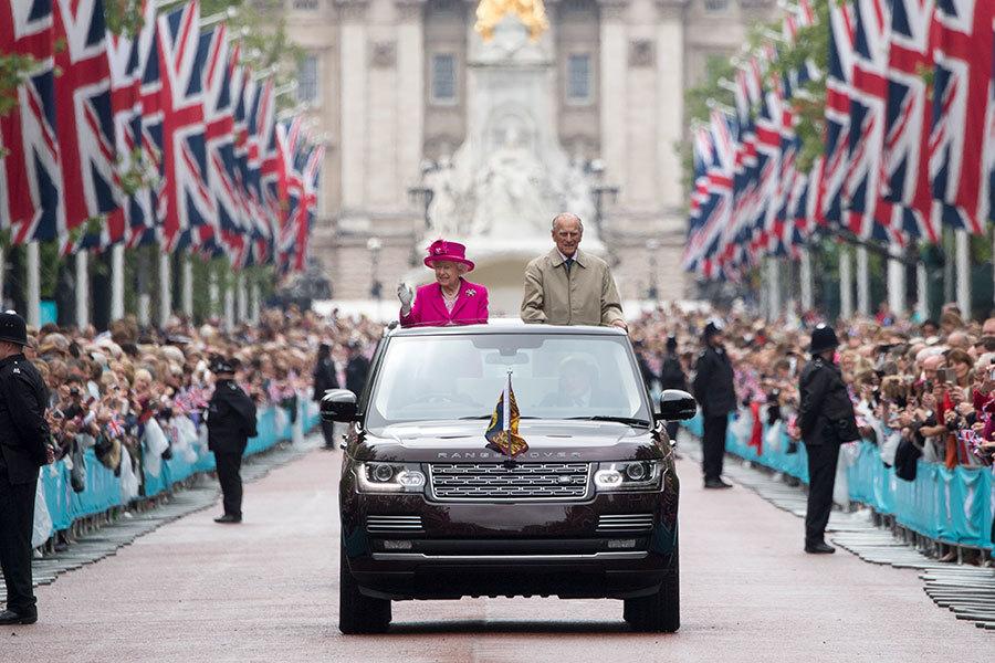英國白金漢宮表示,女皇因重感冒仍未痊癒,將不出席教會的新年禮拜儀式。圖為在今年6月12日的慶祝女皇90歲大壽典禮中,女皇伉儷乘坐開篷車向民眾致意。(Arthur Edwards - WPA Pool/Getty Images)