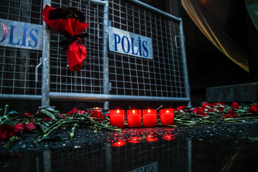 襲擊發生後,夜總會外可見擺滿致哀的蠟燭和鮮花。(Daghan Kozanoglu/Getty Images)