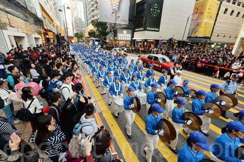 踏入2017年,香港近千名香港及來自東南亞國家地區的法輪功學員一早舉行恭祝法輪功創始人李洪志先生新年快樂的集會,集會結束後,新年大遊行從長沙灣遊樂場出發,途經多個鬧市,抵達終點尖沙咀碼頭。(宋祥龍/大紀元)