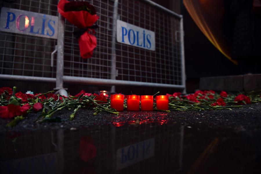 伊斯蘭國極端組織於2017年1月2日發表聲明,坦承犯下1日午夜在土耳其夜總會的恐怖襲擊案。本圖為被攻擊的夜總會外,堆滿民眾向受害者致哀的鮮花與蠟燭。(YASIN AKGUL/AFP/Getty Images)