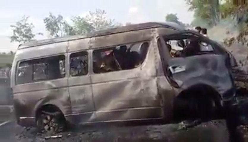 2日,泰國東部發生一宗嚴重交通意外,一輛小巴與輕型貨車相撞後起火,導致至少25人被活活燒死,另有2人受傷。(視像擷圖)