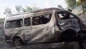 泰國小巴與貨車相撞起火 25人被燒死