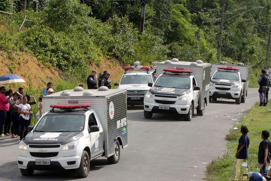 巴西監獄暴動後,當局把屍體運走。(AFP/Getty Images)