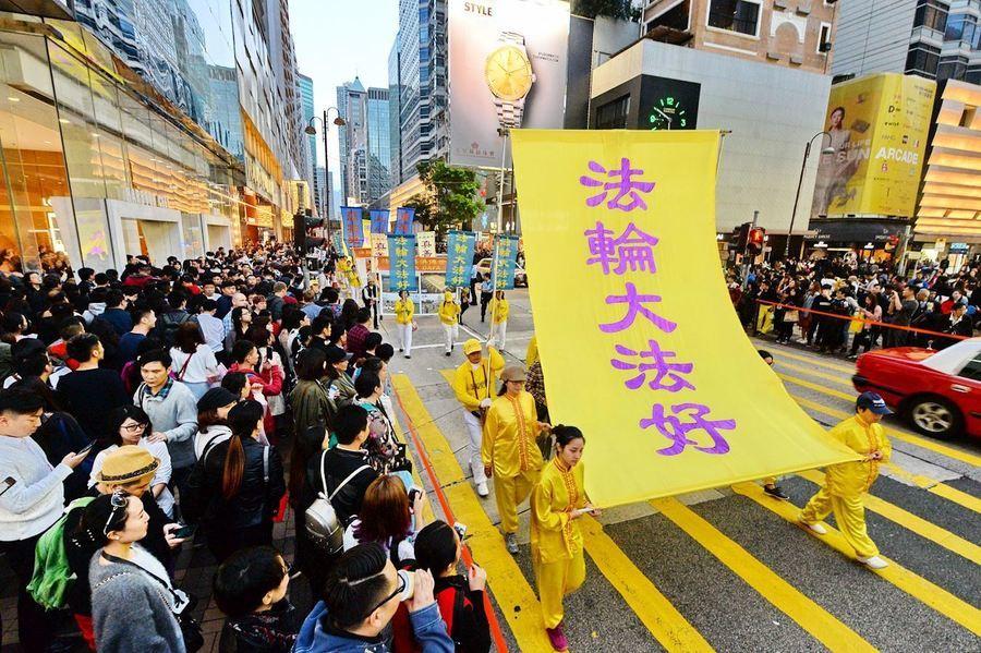 香港新年集會遊行 大陸遊客讚法輪功