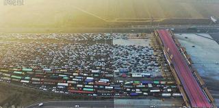 1月2日,新年小長假回京高峰,京港澳高速公路因陰霾一度封路,令北京市界收費站塞成「停車場」。