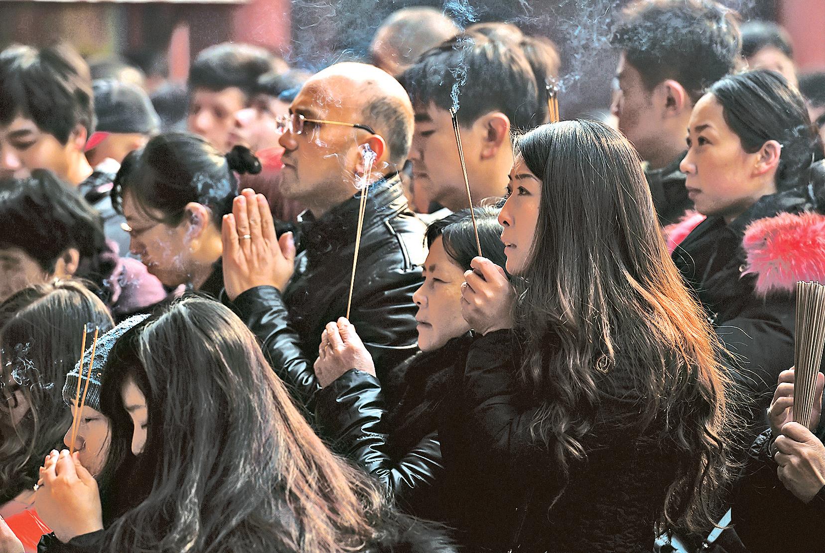 █中共在風雨飄搖下走過2016年。上海維權律師鄭恩寵表示,中共專制下,社會已走入四個全面階段:全面腐敗、全面污染、全面二極分化、全面失去人心。圖為北京民眾新年祈福。(Getty Images)