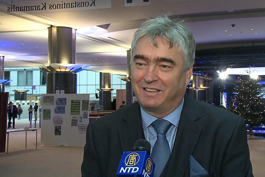 前斯洛文尼亞文化部長歐洲議會議員米蘭・茲韋爾在歐洲議會接受媒體採訪。(新唐人)