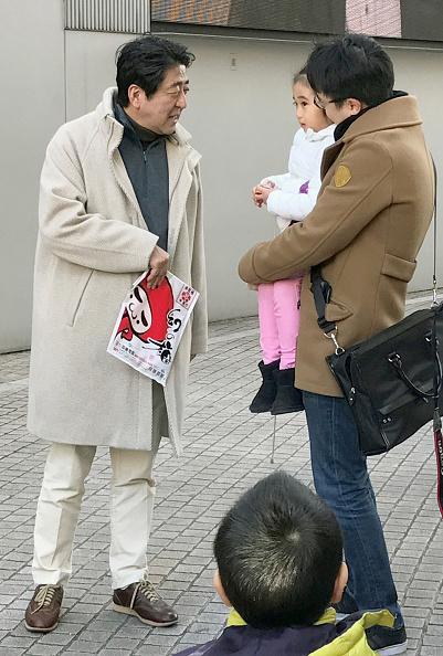 1月3日,還在新年長假中的日本首相安倍晉三與昭惠夫人出現在東京六本木街頭。安倍與路人相互打招呼,問候新年好。(Getty Images)