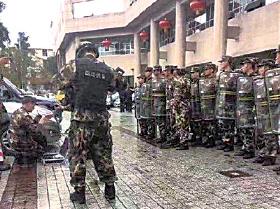 大批武警手持盾牌,在會展中心外戒備。(微博圖片)