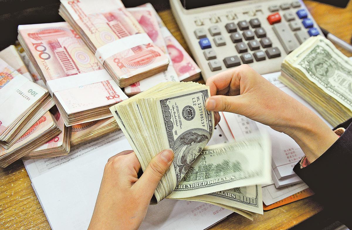 2017年伊始,北京已經連續兩天下調人民幣匯價。面對人民幣貶值可能引起的「走資潮」,北京當局接連出重招堵截資金外流。(Getty Images)