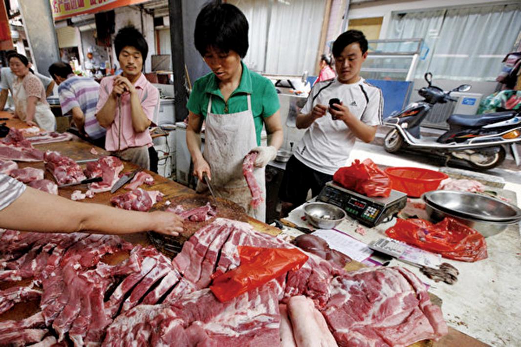 開年前後,大陸豬肉均價上漲。圖為安徽淮北某市場,市民們在選購豬肉。(AFP/Getty Images)