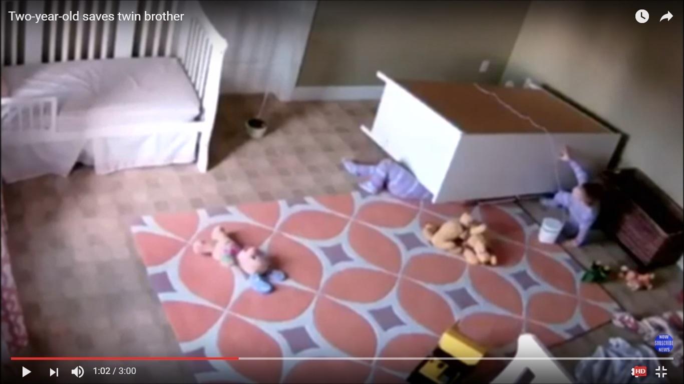 雙胞胎中的其中一個被木櫃壓在底下。(視像擷圖)