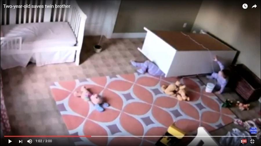 雙胞胎兄弟被木櫃壓住 美兩歲童成功解救