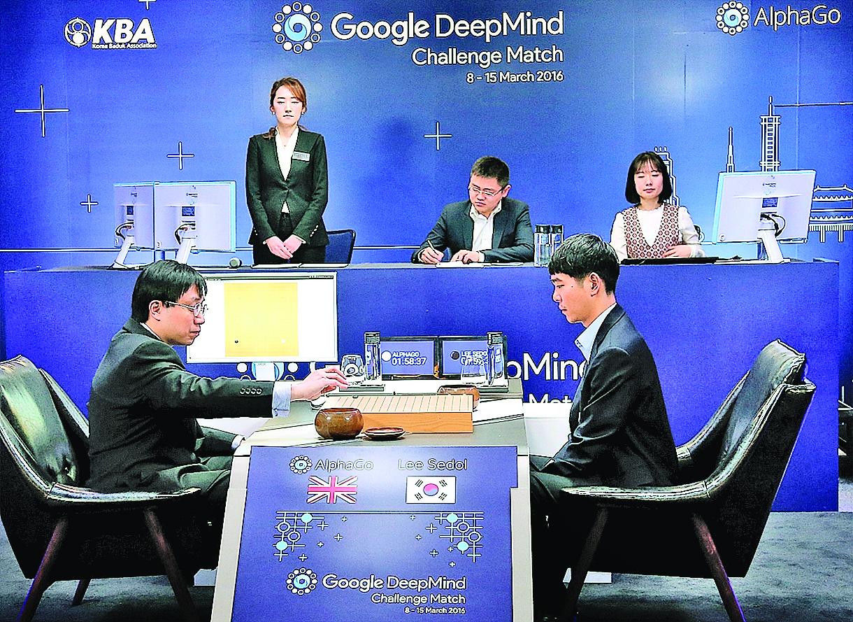 由黃士傑博士代為執子的AI「阿爾法狗」去年3月擊敗李世乭後,又在新年期間以「全新版」戰勝60名中日韓頂尖棋手,其中包括當今圍棋界的最頂尖人物。(Getty Images)