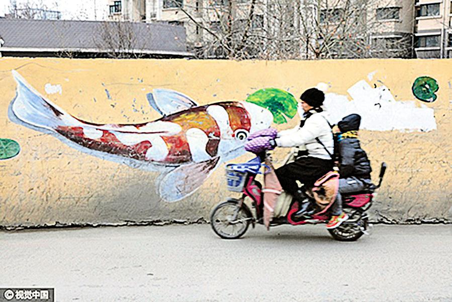 【圖片新聞】濟南老屋牆體畫魚 數百條錦鯉吸睛