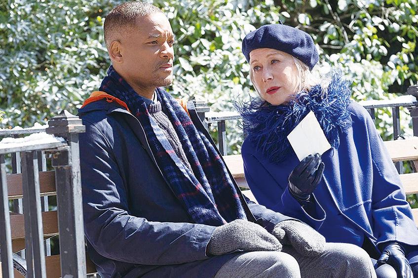 韋史密夫飾演的霍華(左)與海倫美蘭飾演的布莉姬/「死亡」(右)演對手戲。