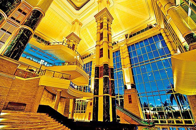 帝國酒店大廳的純金柱子有幾層樓高。