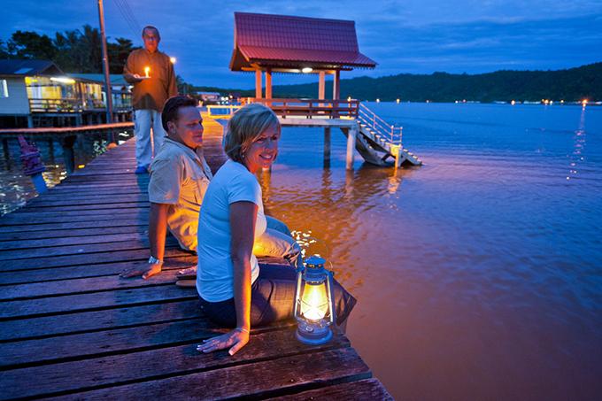坐在水鄉連接各家各戶的木橋上,欣賞水鄉夜景,十分愜意。
