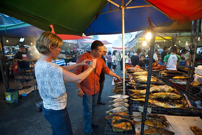 在加東夜市上,可以找到在香港吃不到的特色小食。