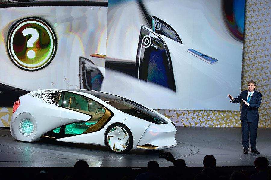 1月4日在美國内華達州拉斯維加斯舉行的2017年消費電子展上,豐田汽車高級副總裁Bob Carter在豐田新聞發佈會上介紹豐田概念車Concept-i。(FREDERIC J. BROWN/AFP/Getty Images)