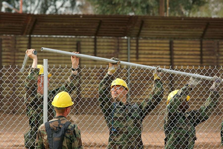 特朗普在1月6日發表推文說,美國先墊付的築牆費用,最後都會由墨西哥埋單。圖為美國工程兵正在美墨邊境安裝圍欄。 (David McNew/Getty Images)