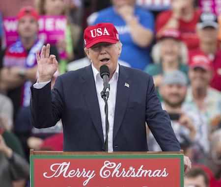 美國媒體說,特朗普遣返非法移民的戰役可能聚焦於移民簽證,防止簽證被濫用。圖為去年12月17日,特朗普在阿拉巴馬州一個感謝選民的集會上發表演說。(Photo by Mark Wallheiser/Getty Images)